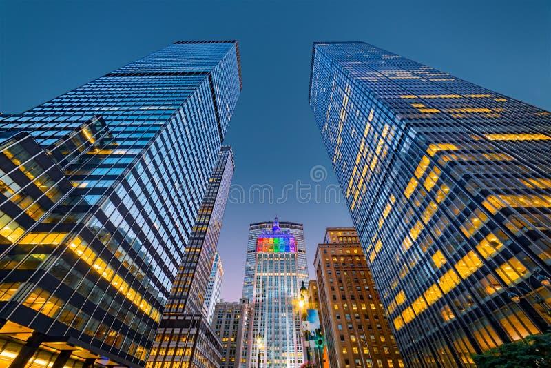 Upwards mening van de wolkenkrabbers van New York bij schemer royalty-vrije stock afbeelding