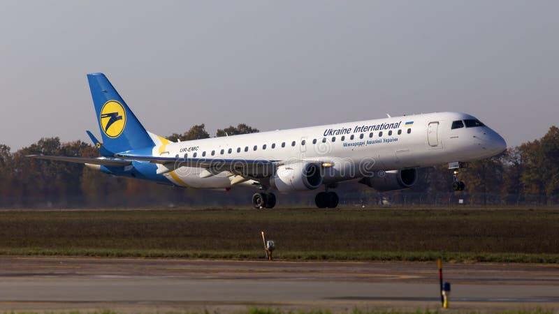 UR-EMC Ukraine International Airlines Embraer ERJ-190-Flugzeuge, die vom internationalen Flughafen Borispol abfliegen lizenzfreie stockfotos