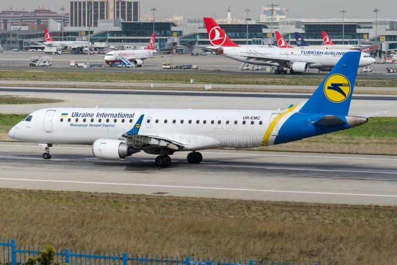 UR-EMC Ukraine International Airlines, Embraer ERJ-190LR zdjęcie royalty free
