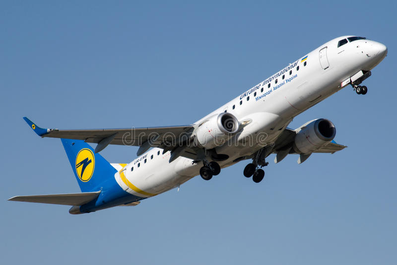 UR-EME Ukraine International Airlines, Embraer ERJ-190LR zdjęcia stock