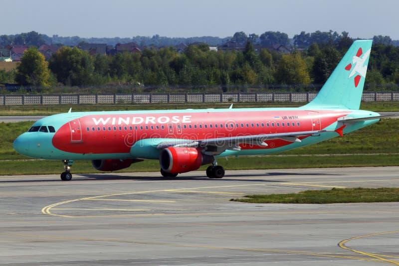 Ur-WRM wind de vliegtuigen die van Rose Aviation Airbus A320-200 op de baan van de Internationale Luchthaven van Borispol lopen stock afbeeldingen
