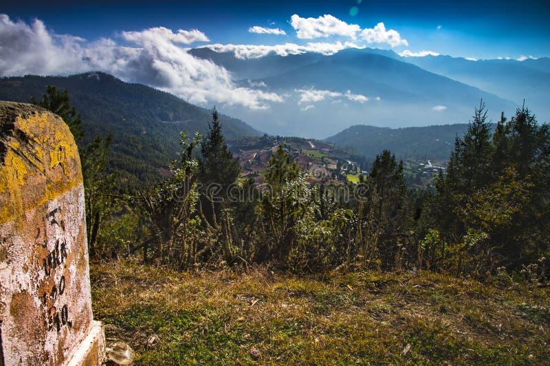 Ura del Bhutan centrale, del milepost o della pietra miliare mostra il nome di questo pezzo di terra fotografia stock