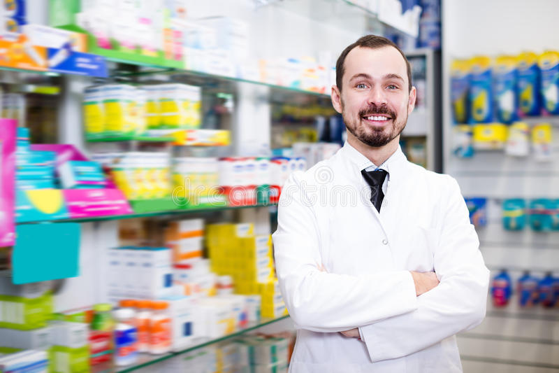Uradowana farmaceuta pokazuje asortyment fotografia royalty free