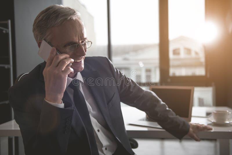 Uradowany przechodzić na emeryturę mówić wiszącą ozdobą zdjęcia stock