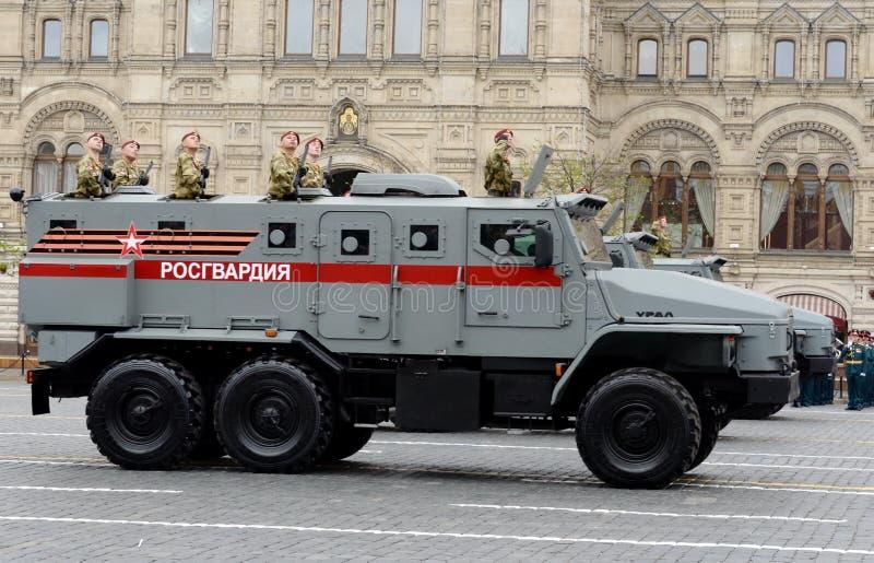 ` Ural-VV ` броневой машины войск национальной гвардии во время репетиции парада дня победы на красной площади стоковое фото rf