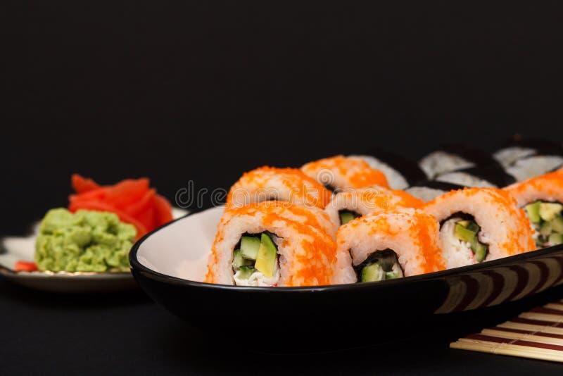Uramaki California Rotoli di sushi, piatto con lo zenzero marinato rosso e wasabi fotografia stock
