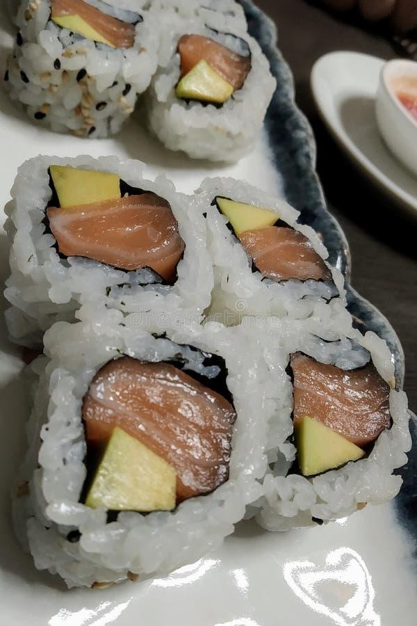 Uramaki no restaurante japonês foto de stock