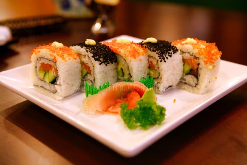 Uramaki rullar med tonfisk och laxen tjänade som på en vit platta beijing porslin arkivbild