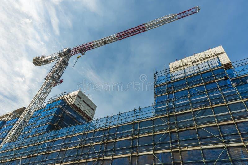 Żuraw i rusztowanie na nowym budynku fotografia stock