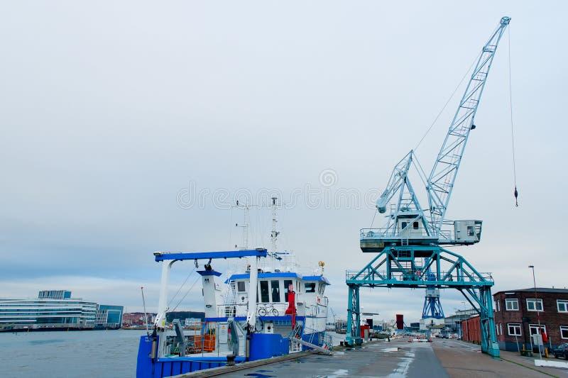 Żuraw w ładunku terminal i statek, Aarhus, Dani zdjęcia royalty free