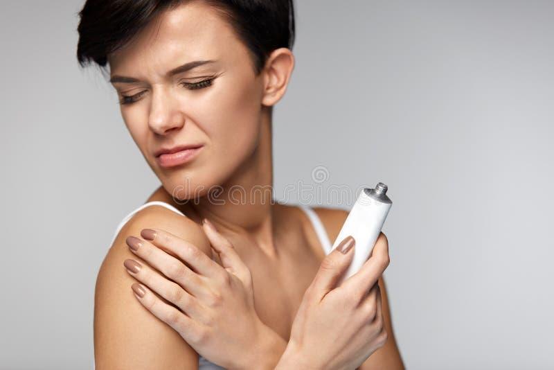 Urazu traktowanie Piękna kobieta Z ręka bólem, Stosuje śmietankę fotografia stock