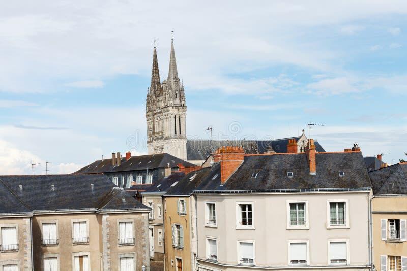 Urban hus och Sanka Maurice Cathedral i Angers fotografering för bildbyråer