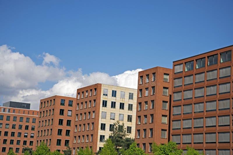 Urban moderna bostads- byggnader för en växande stads- befolkning royaltyfria bilder