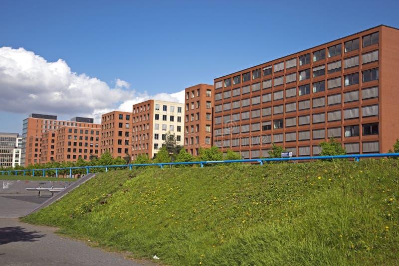 Urban moderna bostads- byggnader för en växande stads- befolkning arkivbilder