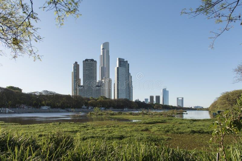 Urbane Natur, moderne Gebäude und eine wunderschöne Lagune am Naturschutzgebiet Costanera Sur lizenzfreies stockbild