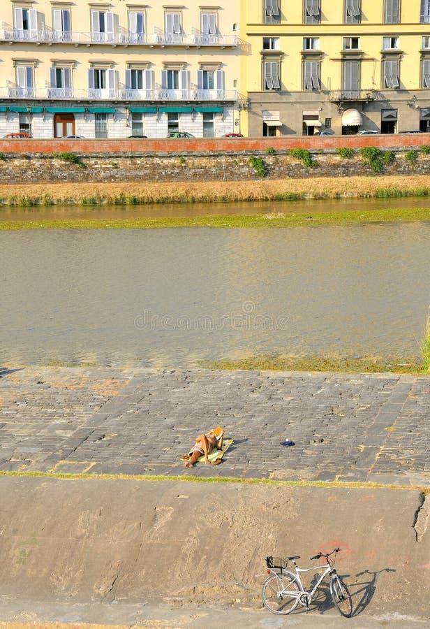 Urbano distenda dal fiume a Firenze, Italia fotografia stock libera da diritti