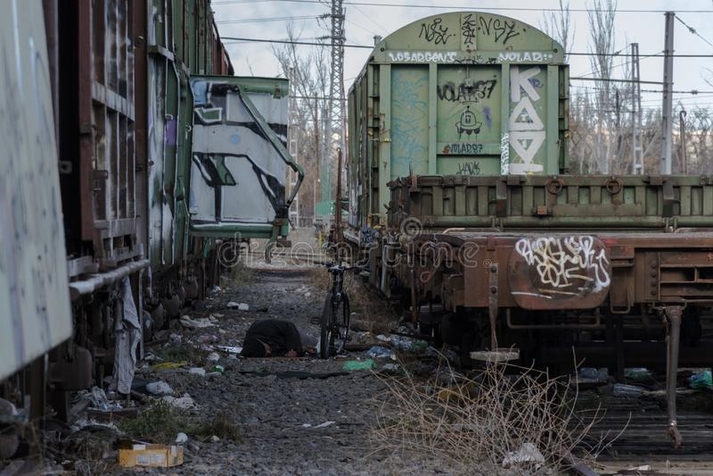Urbex Durmiento επαιτών μεταξύ του σκουριασμένου και εγκαταλειμμένου carria τραίνων στοκ εικόνες