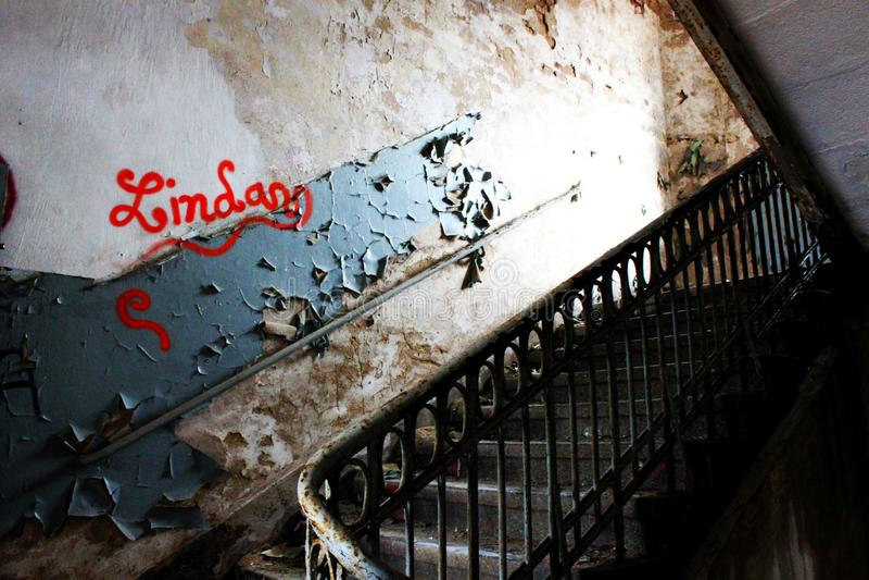 Urbex - Trap van een verlaten gebouw stock foto