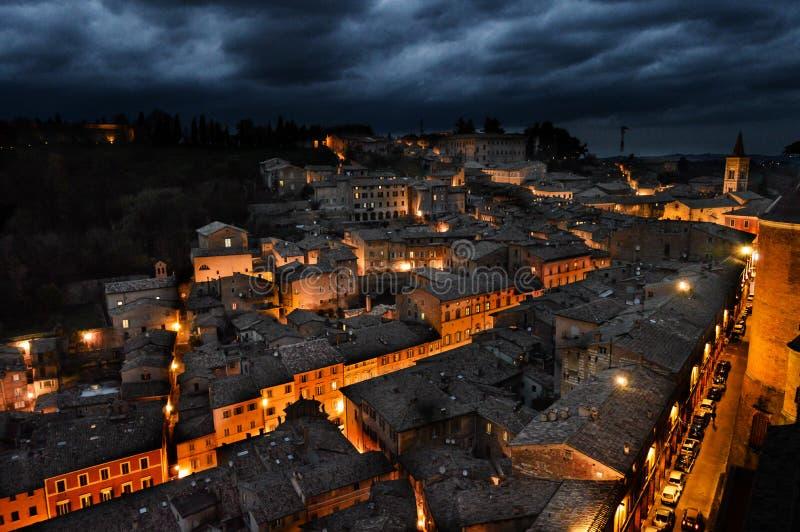 Urbino Italia, vista di notte fotografia stock