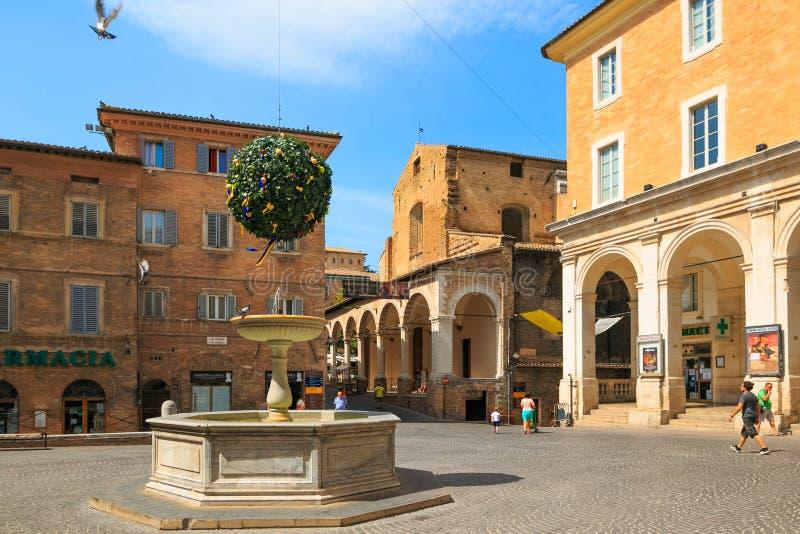 Urbino Italien - Augusti 9, 2017: arkitektoniska beståndsdelar av en byggnad i den gamla staden av Urbino Röd tegelsten och fönst arkivbild