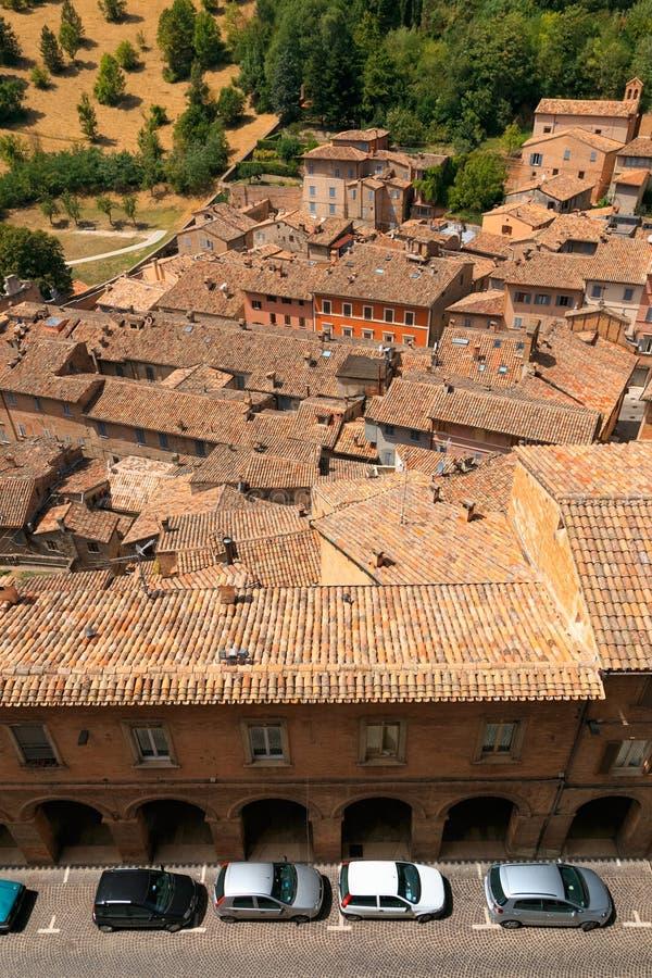 Urbino Italien - Augusti 9, 2017: den gamla staden tak av hus under röda tegelplattor ovanför sikt fotografering för bildbyråer