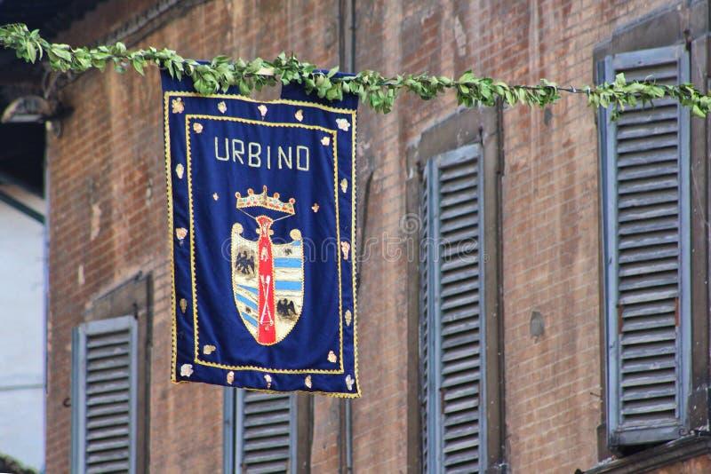 Urbino Italien, baner med vapenskölden av Montefeltro arkivbilder