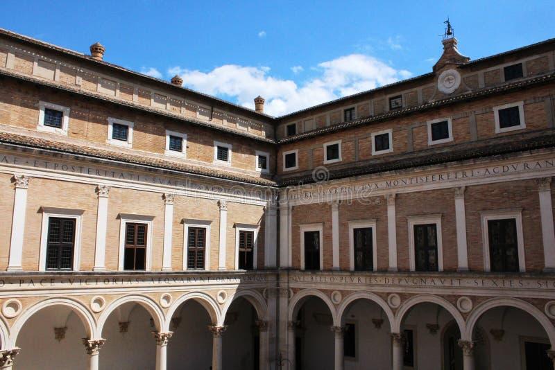 Urbino Italien, hertiglig slott av Montefeltro royaltyfria bilder