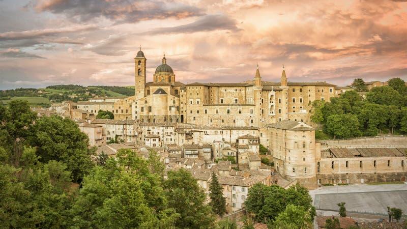 Urbino Marche Italien på aftontid arkivfoto
