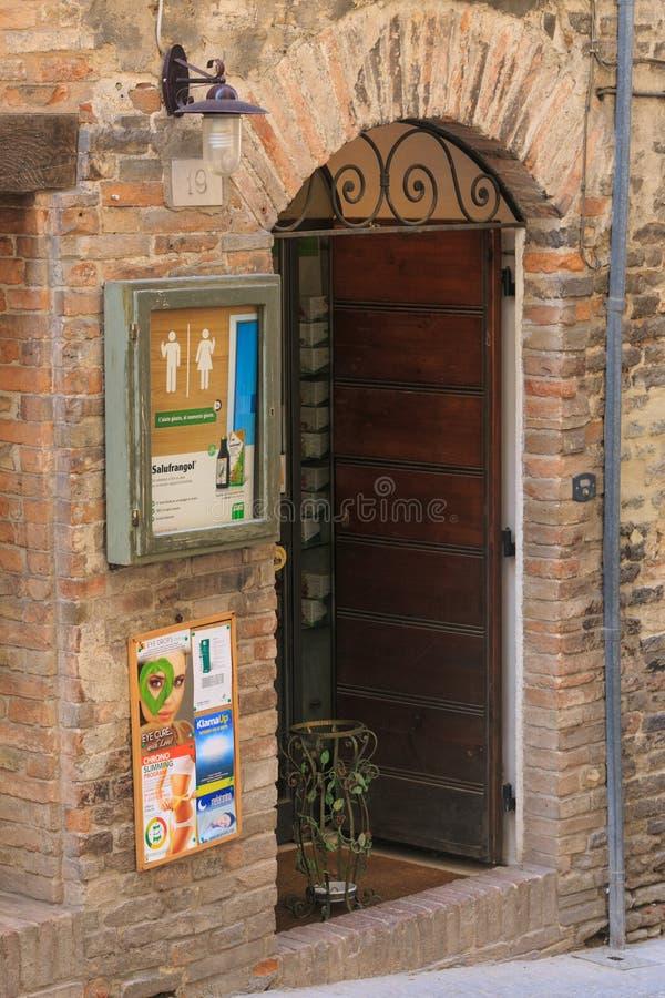 Urbino Włochy, Sierpień, - 9, 2017: projekt wejściowa grupa mały prezenta sklep obrazy stock