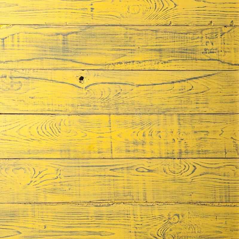 Urblekt naturlig lantlig träbakgrund för tappningguling royaltyfri bild