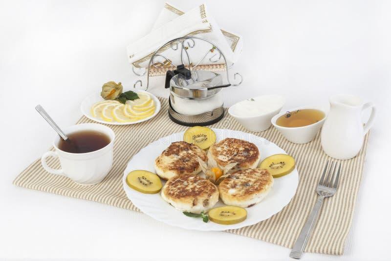 urd pannekoeken ï ¿ ½ aan thee met honing en zure room Dit is een goed behandelt voor thee met citroenen stock foto