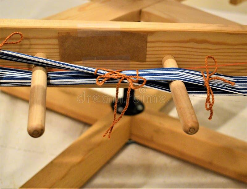 Urdidura de entortamento da exibição do moinho com cruz Handweaving textiles fibra imagem de stock