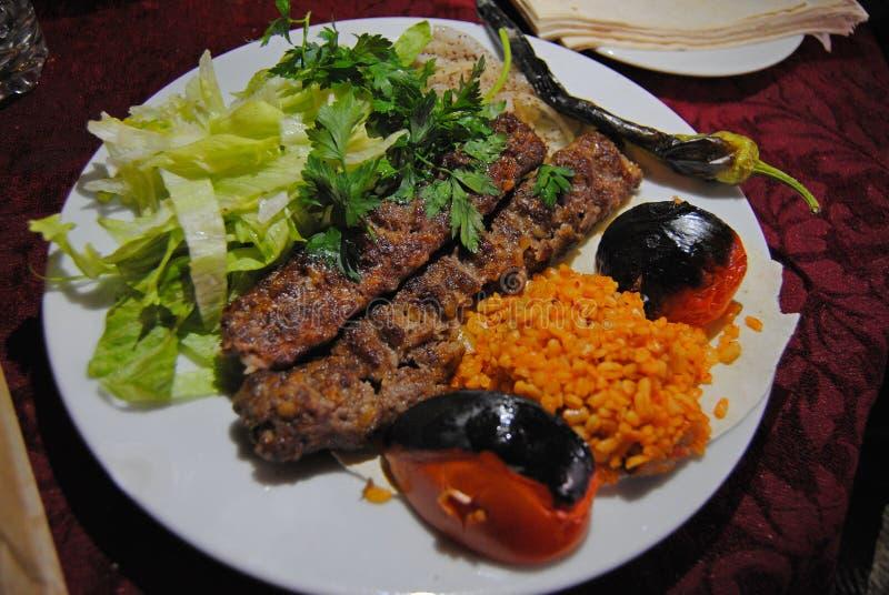 Urfa kebap με το ρύζι και τη σαλάτα στοκ εικόνα