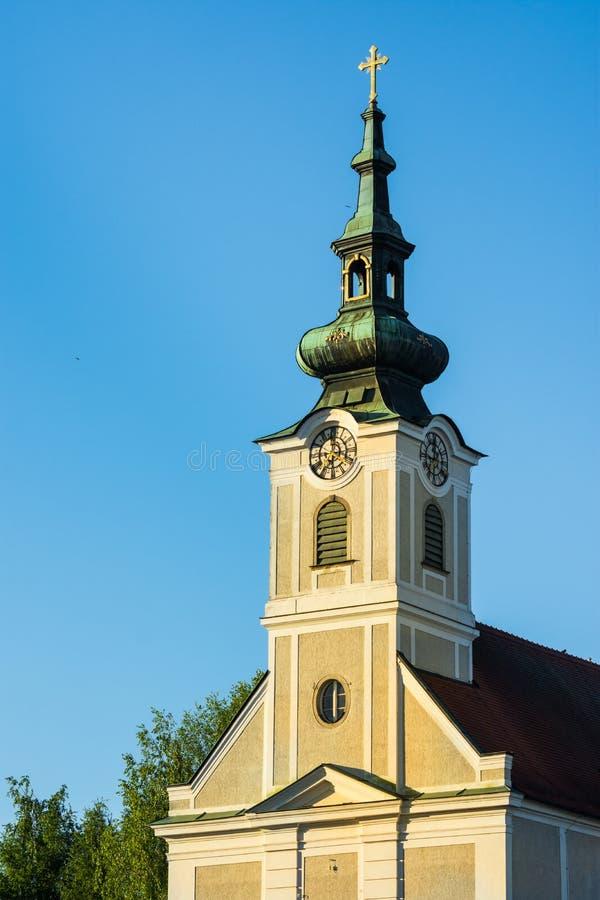 Urfahr教区教堂在林茨上奥地利,钟楼,时钟,金黄阳光,蓝天看法  库存照片