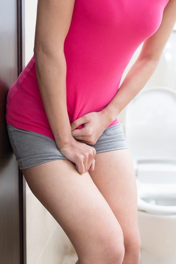 Urgência da urina da mulher imagem de stock royalty free