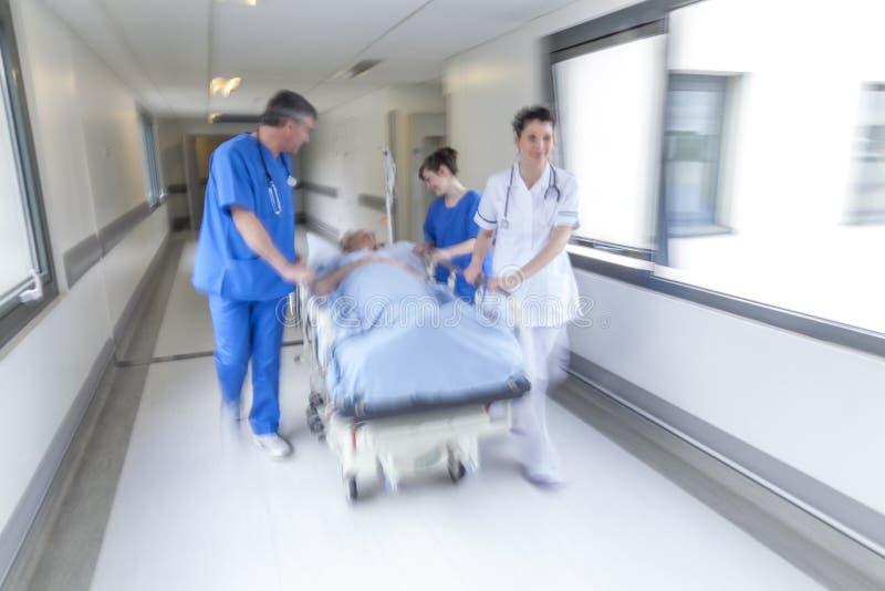Urgence patiente d'hôpital de chariot d'hôpital à civière de tache floue de mouvement photos libres de droits