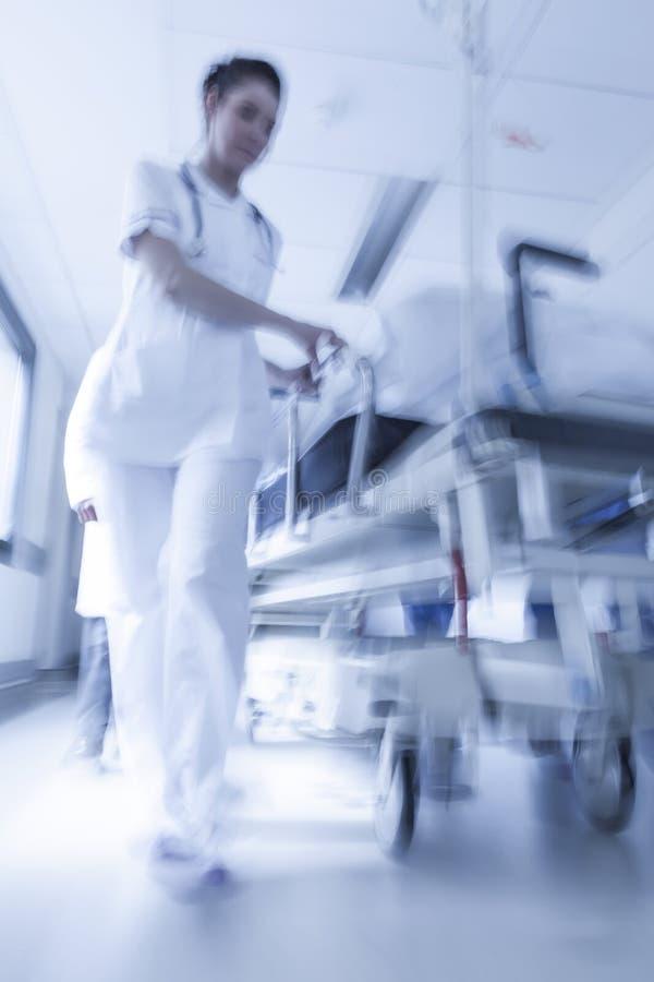 Urgence patiente d'hôpital de chariot d'hôpital à civière de tache floue de mouvement image libre de droits