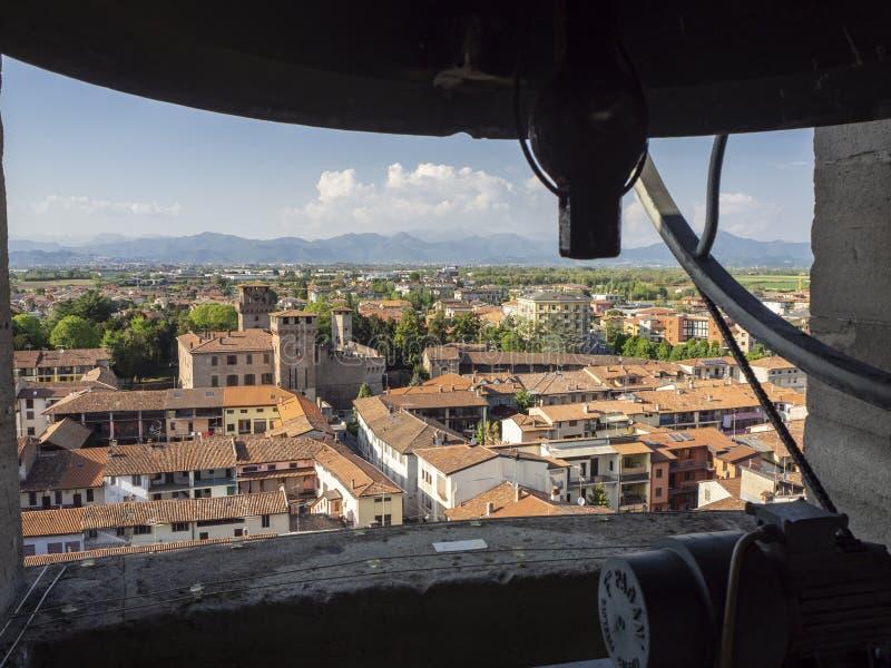 Urgnano, Bergamo, Itali? Weergeven van de klokken van de klokketoren van de belangrijkste kerk en mening van het centrum van het  royalty-vrije stock fotografie