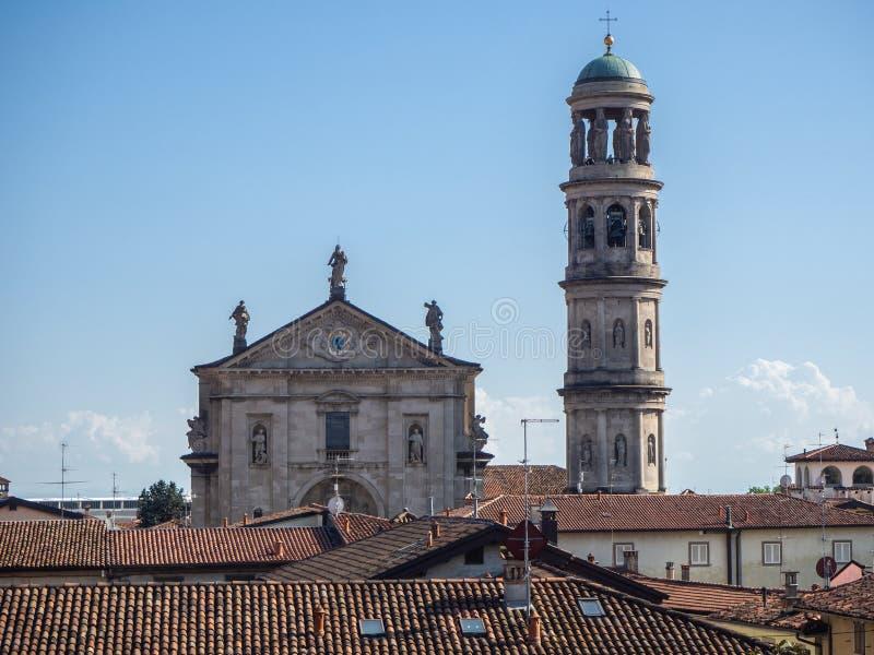 Urgnano, Bergamo, Itali? Weergeven van het dorp, de kerk en de klokketoren van het middeleeuwse kasteel stock afbeelding