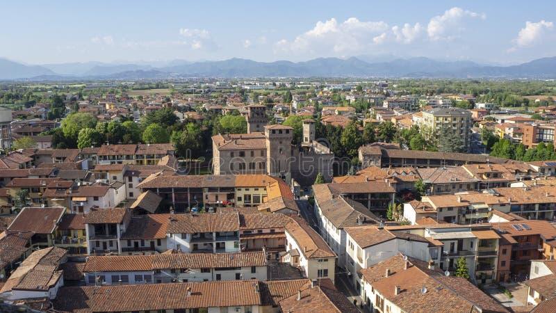 Urgnano, Bergamo, Itali? Weergeven van het dorp en het middeleeuwse kasteel vanaf de bovenkant van de klokketoren royalty-vrije stock afbeeldingen