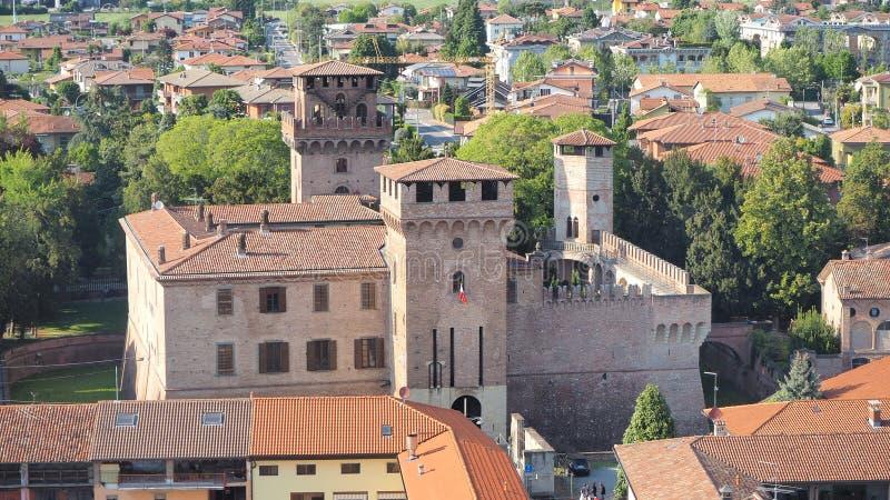 Urgnano, Bergamo, Itali? Weergeven van het middeleeuwse kasteel vanaf de bovenkant van de klokketoren stock afbeeldingen