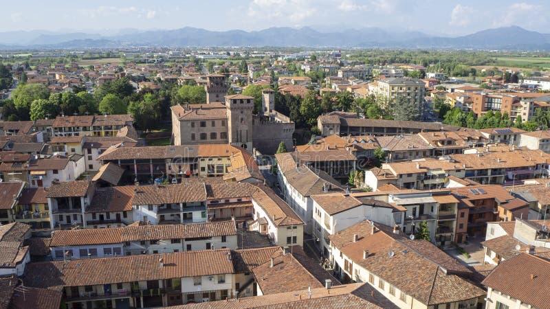 Urgnano, Bergamo, Italien Ansicht des Dorfs und des mittelalterlichen Schlosses von der Spitze des Glockenturms lizenzfreie stockfotografie