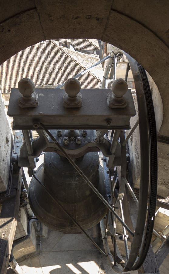 Urgnano, Bergamo, W?ochy Widok dzwony dzwonkowy wierza g??wny ko?ci?? w centrum wioska zdjęcia stock