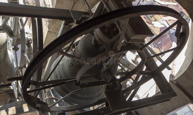 Urgnano, Bergamo, W?ochy Widok dzwony dzwonkowy wierza g??wny ko?ci?? w centrum wioska fotografia royalty free