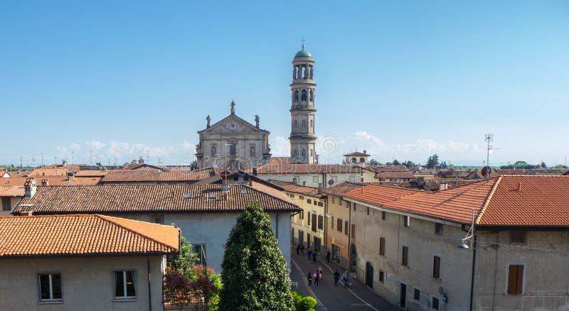 Urgnano, Bergamo, W?ochy Widok wioska wierza od średniowiecznego kasztelu, kościelny i dzwonkowy fotografia stock
