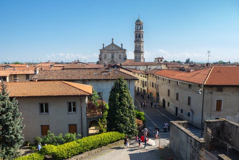 Urgnano, Bergamo, W?ochy Widok wioska wierza od ?redniowiecznego kasztelu, ko?cielny i dzwonkowy zdjęcie stock