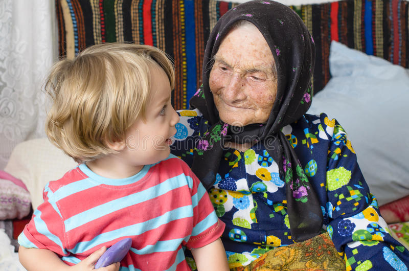 Urgroßmutter und ihr großes - Enkel stockbild