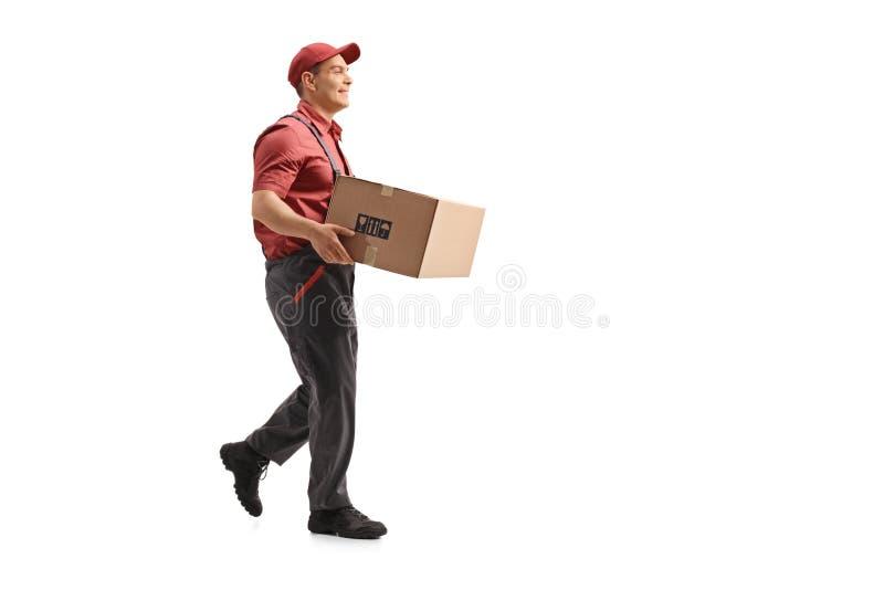 Urheber, der ein Paket und ein Gehen trägt lizenzfreie stockfotos