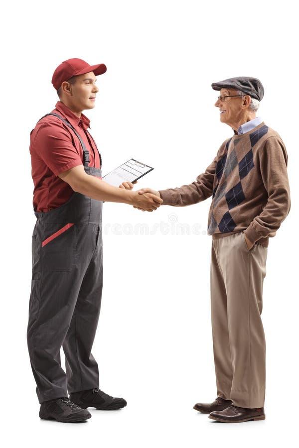 Urheber, der Hände mit einem älteren Mann rüttelt lizenzfreies stockfoto