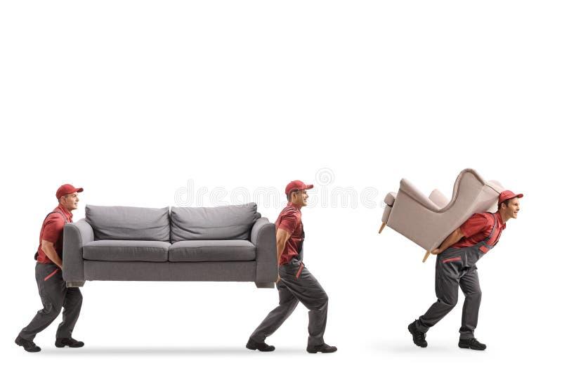 Urheber, die eine Couch und einen Lehnsessel tragen stockbilder